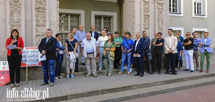 Manifestacja przed elbląskim sądem. Sędziowie żądają powołania komisji śledczej, KOD dymisji Zbigniewa Ziobry