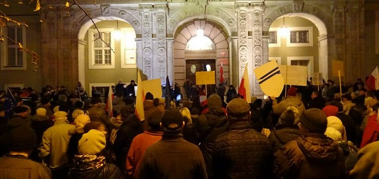 """""""Projektowane zmiany niszczą niezależność sędziowską"""". Protest w Elblągu w obronie wolnych sądów"""