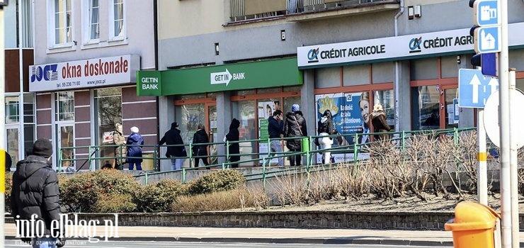 """Zobacz, jak wyglądają ulice Elbląga. """"Kolejki tworzą się szczególnie przed bankami i aptekami"""""""
