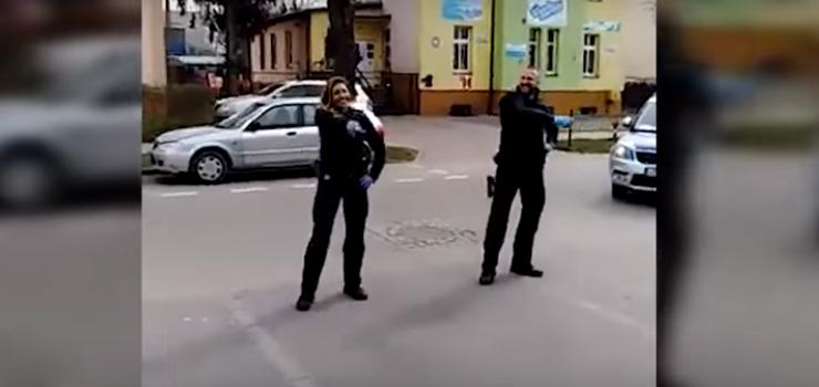Taniec policjantów podczas kontroli kwarantanny - zobacz film
