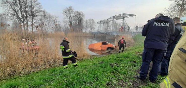 Akcja strażaków przy wydobywaniu samochodu z rzeki w ... Jeziorze