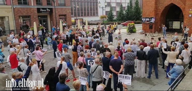 """Protest przeciw ustawie """"lex TVN"""" w Elblągu. """" Społeczeństwo nie jest świadome tego, co się dzieje"""""""