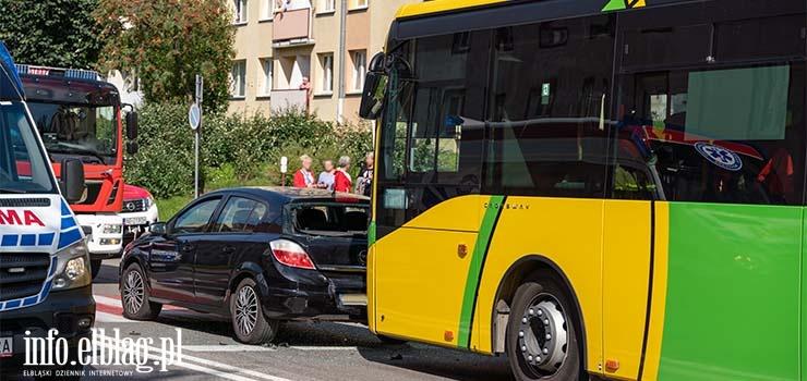 Robotnicza: Zderzenie autobusu z autem osobowym. Poszkodowani są pasażerowie
