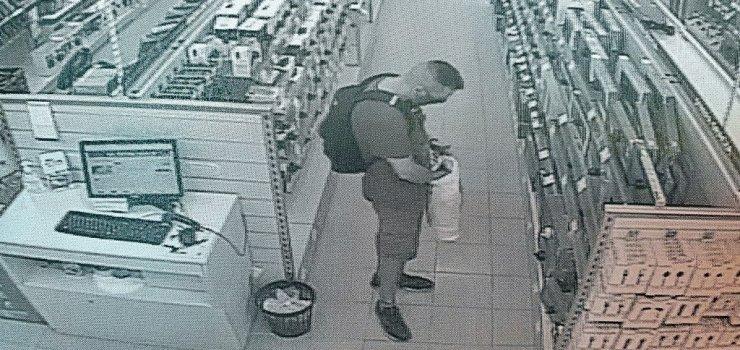 Elbląg: Kradzież w sklepie. Pomóż ustalić tożsamość mężczyzny z monitoringu