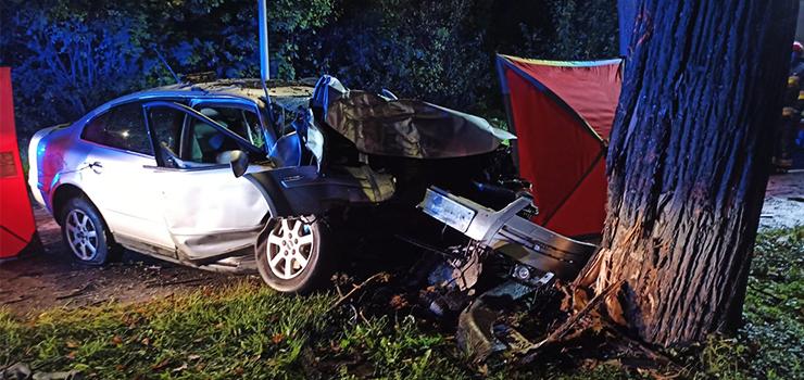 """Tragiczny wypadek na ul. Łęczyckiej. """"Wjechał w drzewo. Kierowcy nie udało się uratować"""""""