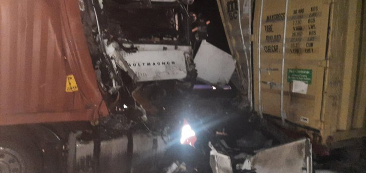 Groźny wypadek na S7 z udziałem dwóch aut ciężarowych