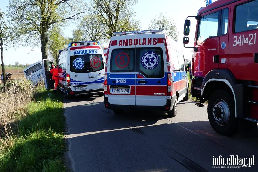 Wypadek mi�dzy Zwierznem a K�pniewem. Autobus uderzy� w drzewo, osiem os�b rannych