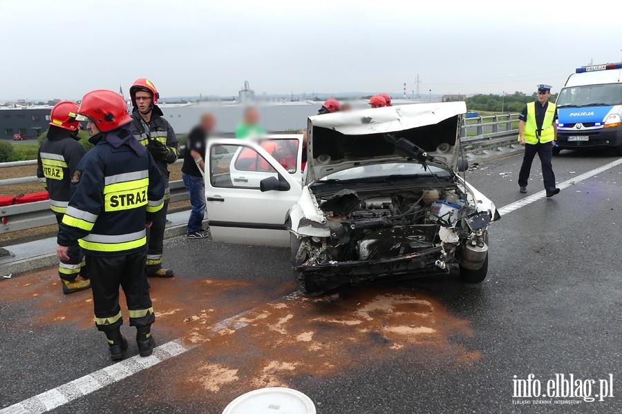 Wypadek na obwodnicy. Autem uderzyli w barier� na wiadukcie. Jedna osoba ranna